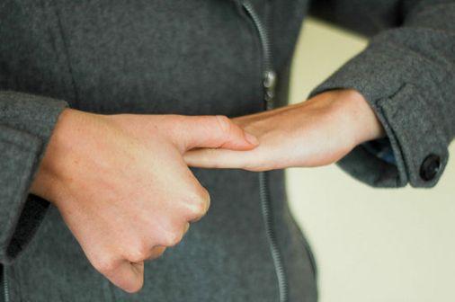 4. Vänd på handen och gör samma rörelse fast åt andra hållet, ner mot handleden. Gör på samma sätt, först en gång lätt, sedan lite kraftigare och sista gången tar du i lite mer ordentligt. Igen, utan att det gör ont.
