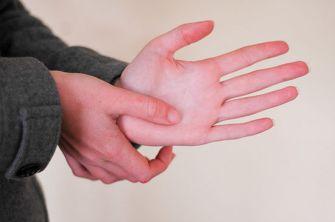 2. Placera den ena handens tumme på den andra, nageln ska peka mot lillfingret på handen du ska massera.