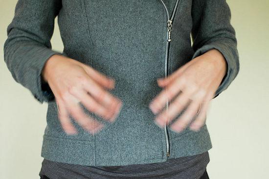 1. Slappna av i händerna - ruska på händerna, vicka på fingarna ordentligt. Det kan vara bra att göra även under dagen för att få liv i trötta händer.