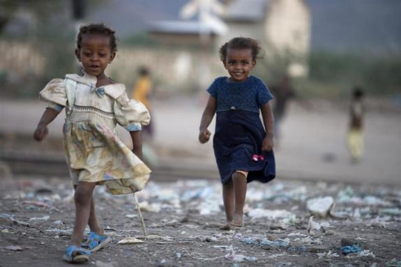 Många barn i Etiopien har förlorat en eller båda sina föräldrar. UNICEF/Kate Holt