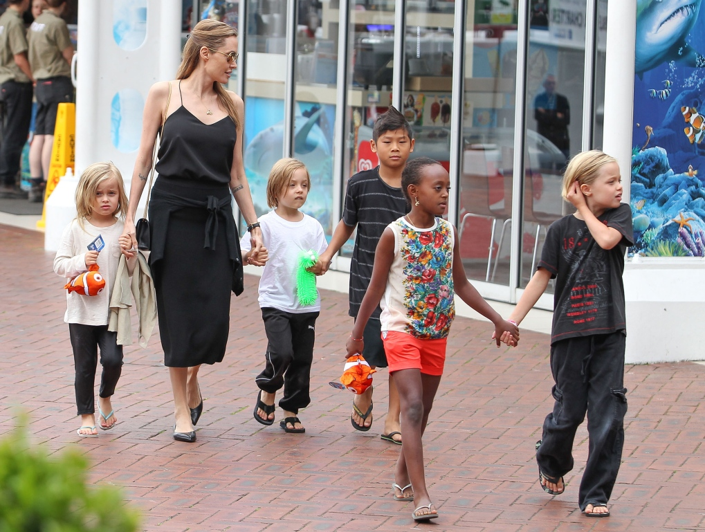 1378663741_angelina-jolie-kids-aquarium_2-copy